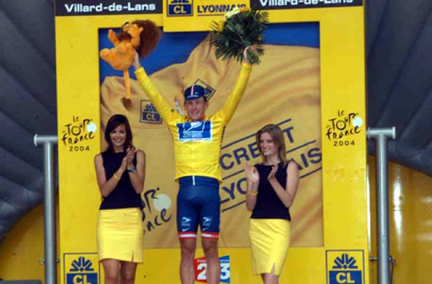Armstrong is in yellow! Photo copyright Fotoreporter Sirotti.