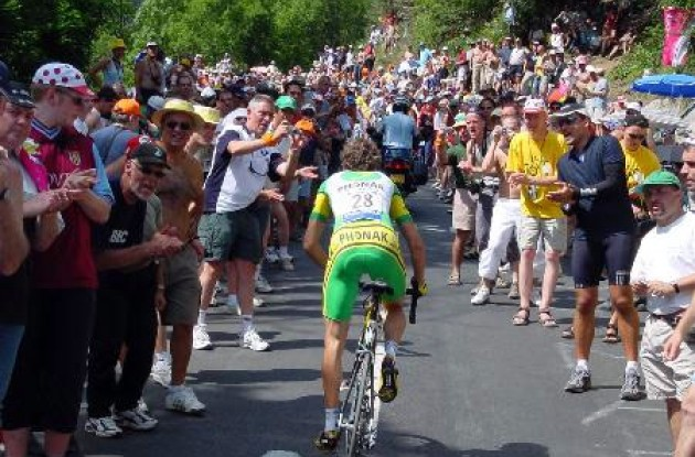 Phonak's Santi Perez fights his way through the crowds on Alpe d'Huez.