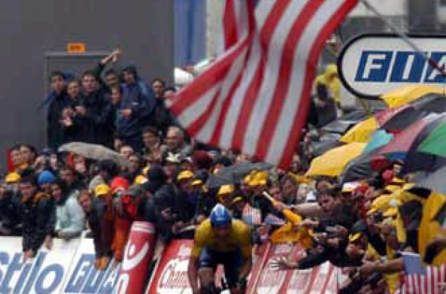"Lance Armstrong increased his overall lead and managed to get through the stage without crashing. When learning about Ullrich's crash, the American powerhouse slowed down and chose to ""go easy"" for the rest of the stage in order to avoid crashing. Photo copyright Fotoreporter Sirotti."
