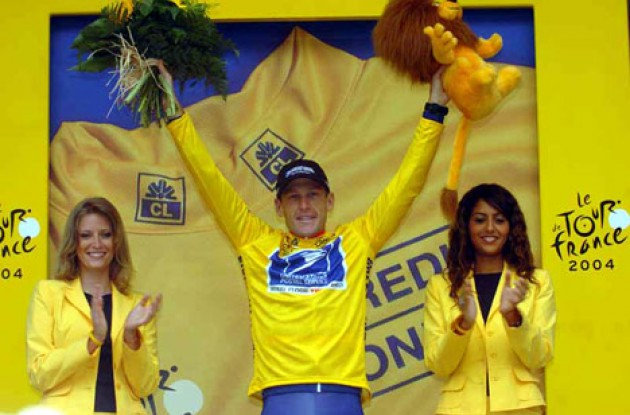 Hmm...does this picture look familiar to you? Lance Armstrong took the yellow leader's jersey after today's eventful stage. Photo copyright Fotoreporter Sirotti.