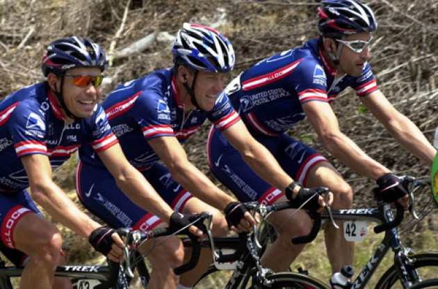 Lance Armstrong (Center) riding with teammates Viatcheslav Ekimov (Left) and George Hincapie (Right).