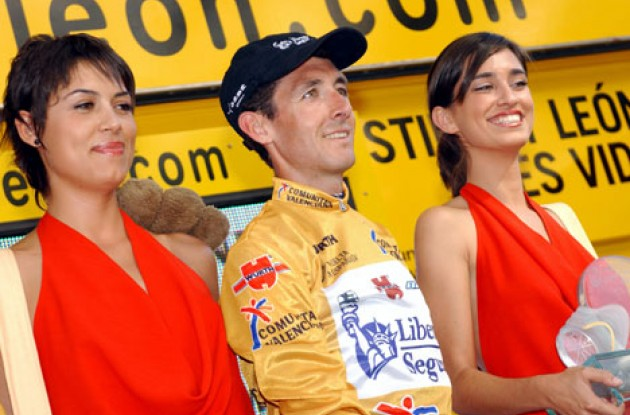 Roberto Heras is still in gold and gets to meet the beautiful podium girls one more time. Photo copyright Unipublic.