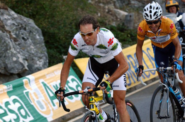 Santiago Perez attacks and Heras follows. Photo copyright Unipublic.