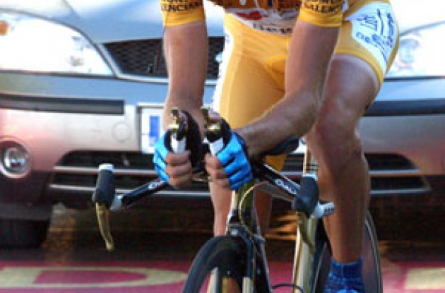 Roberto Heras worked hard to defend his overall Vuelta lead. Photo copyright Unipublic.