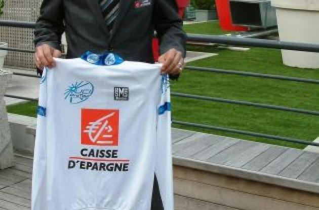 Alejandro Valverde holding the ProTour jersey.
