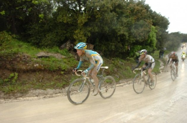 Vinokourov closely followed by Evans. Photo copyright Fotoreporter Sirotti.