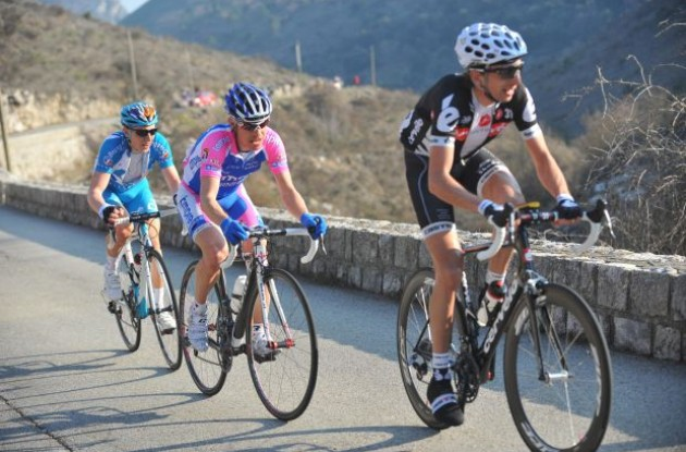 Xavier Tondo (Cervelo TestTeam) climbs ahead of Damiano Cunego (Team Lampre). Photo copyright Fotoreporter Sirotti.